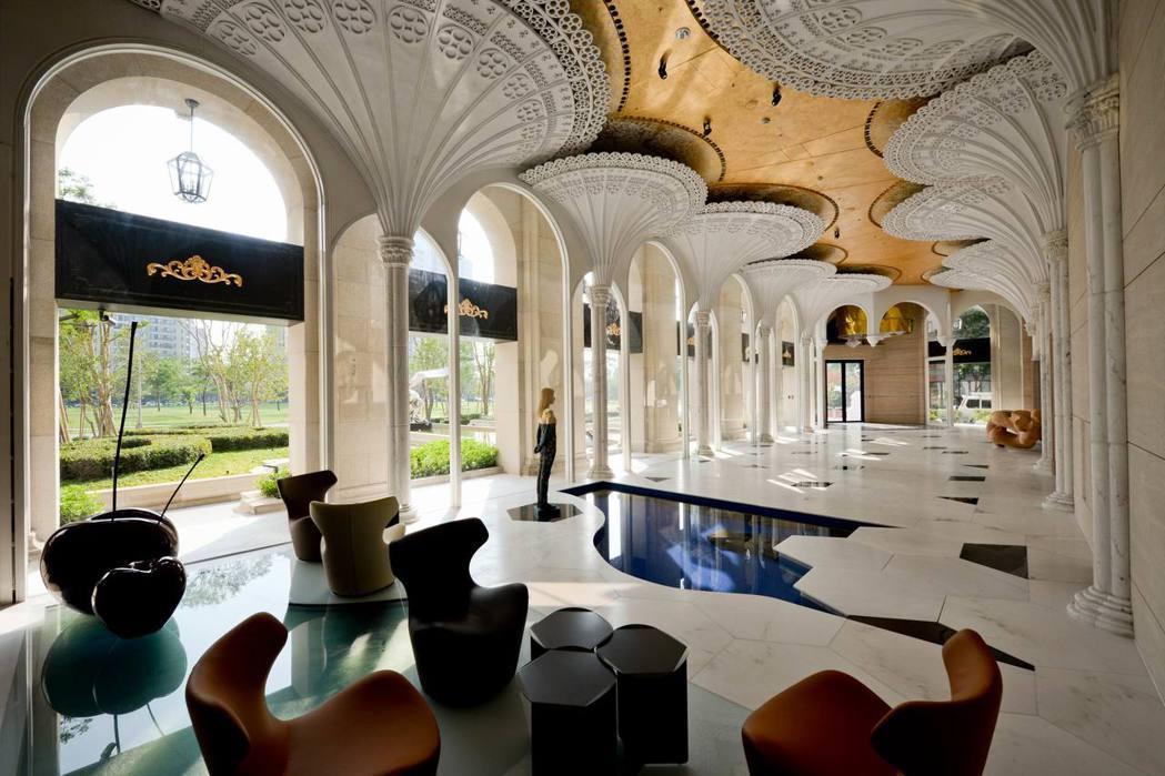 走進「漫光蒙梭」大廳,彷彿進入童話故事的森林。 圖片提供/振美建設