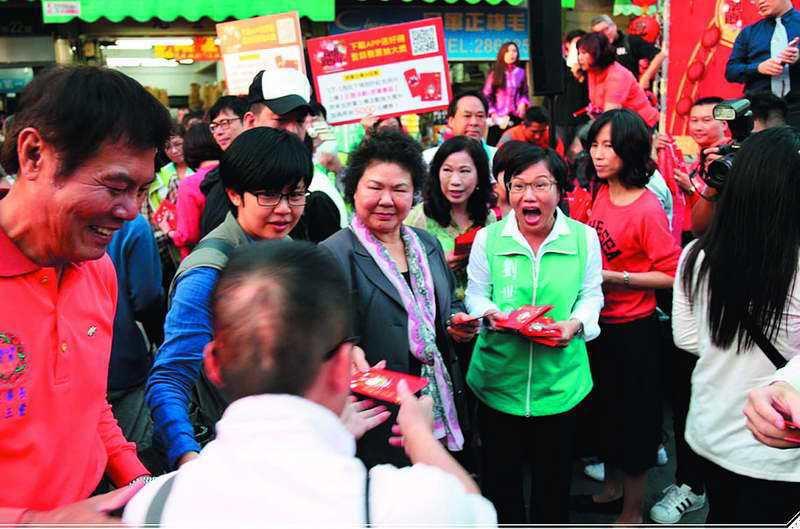 陳菊(左二)帶著劉世芳(右二)掃街,展現力挺決心。  ◎下載自高雄市政府網站