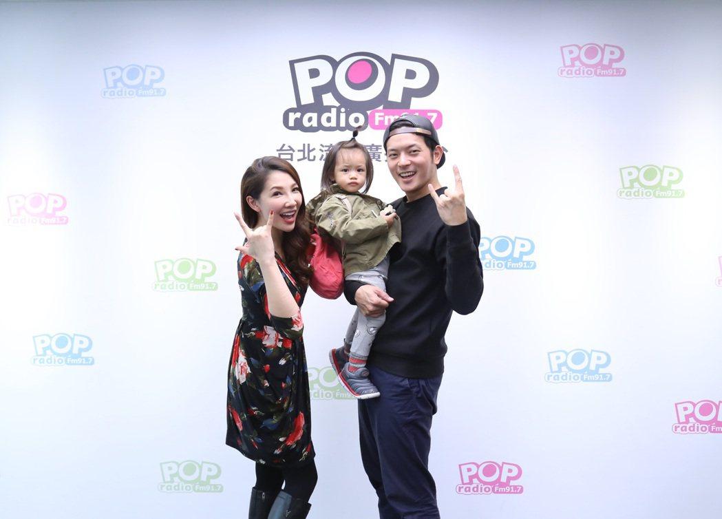 宥勝(右)帶女兒上節目。圖/POP Radio提供