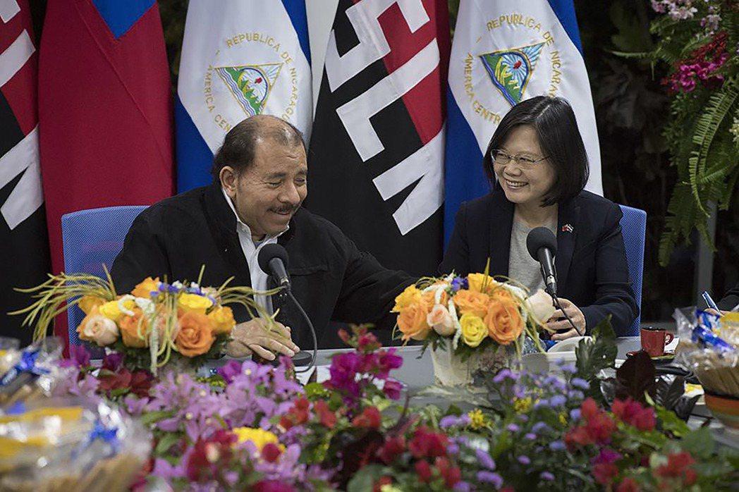 蔡英文總統與剛連任成功的奧蒂嘉總統會面。圖/取自蔡英文總統臉書