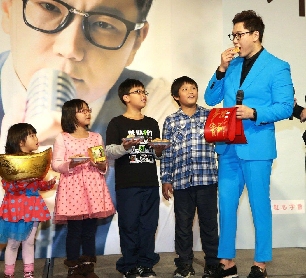 首次訪台的韓國歌手THE ONE 鄭淳元,來台宣傳,與弱勢兒童提前過農曆新年,還...