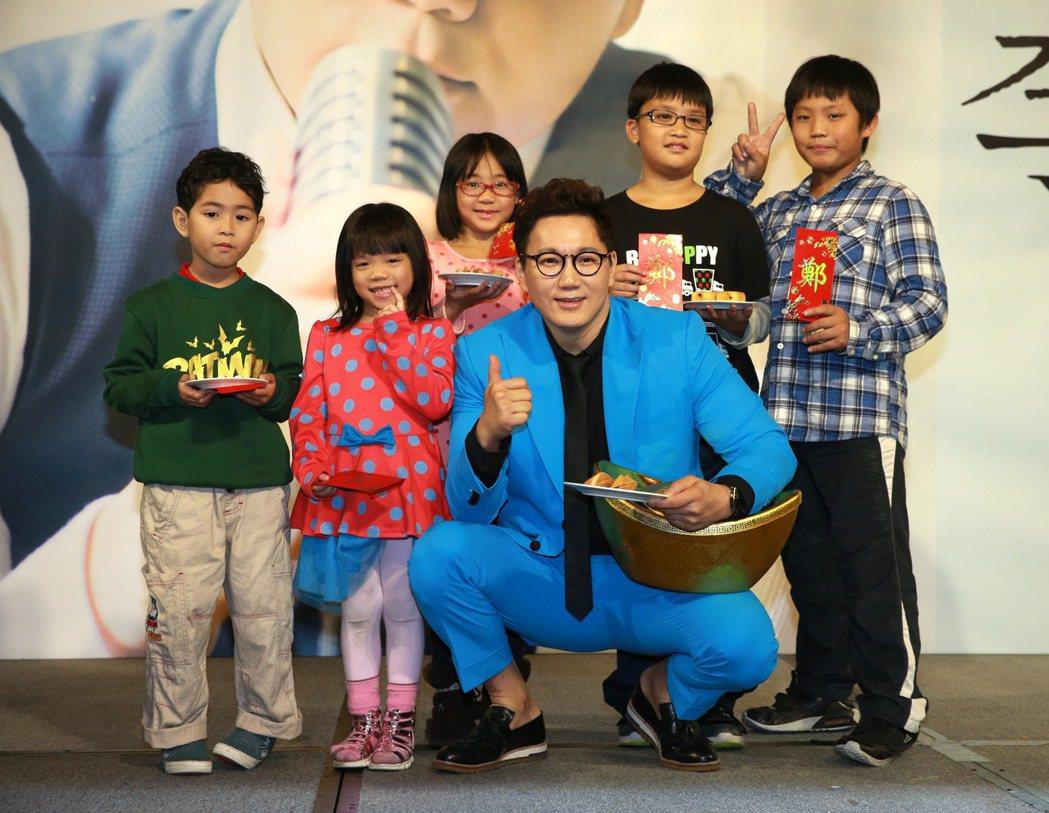 首次訪台的韓國歌手THE ONE 鄭淳元,來台宣傳並與弱勢兒童們一同提前過新年,...