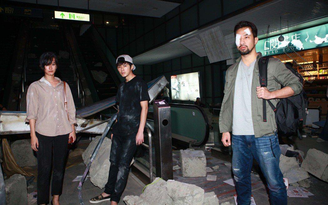 「麻醉風暴」在桃機拍攝爆破戲碼,孟耿如(左)不慎摔傷。圖/公視提供