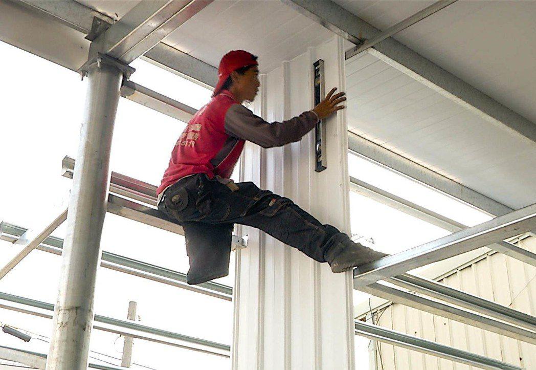 黃宇倫左腳截肢,但他不放棄希望,每天在鐵皮屋鋼骨上下穿梭,自己賺錢養活自己。記者...