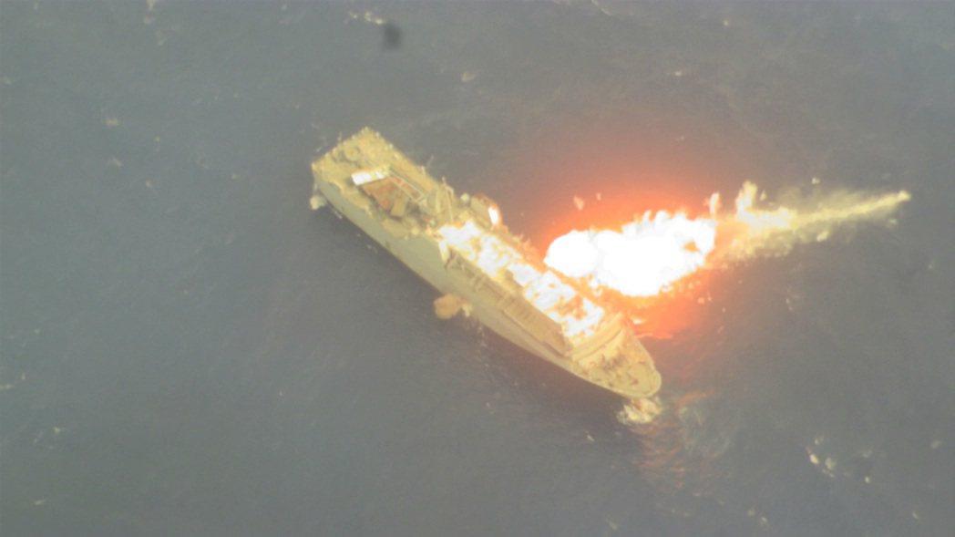 雄三反艦飛彈貫穿靶船瞬間。圖/中科院