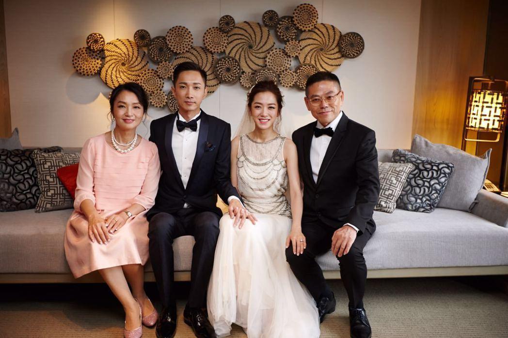 楊千霈全家福,右一看來像哥哥的老爸,左二是老公。圖/楊千霈提供