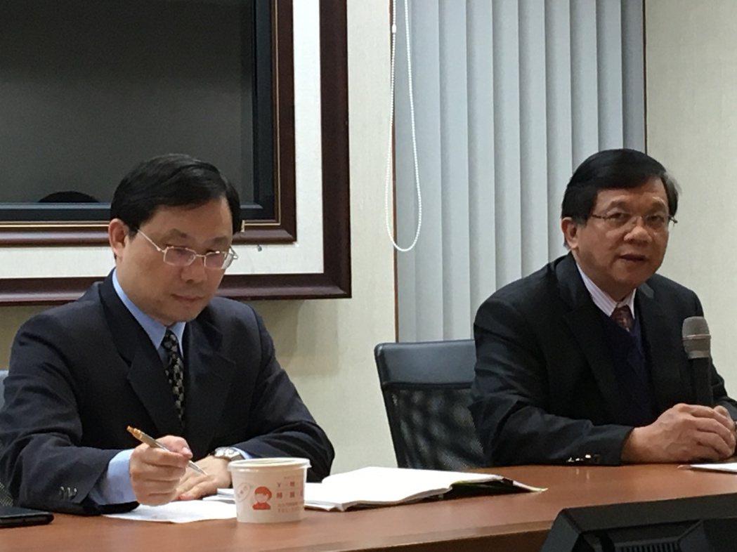 經濟部長李世光(右)今天說明電業法通過,後續作業。記者高詩琴/攝影