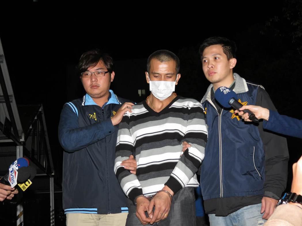 吳嫌今晚從台中被押回新北市新莊警分局偵訊,聲稱是女友舉槍自殺。記者林昭彰/攝影