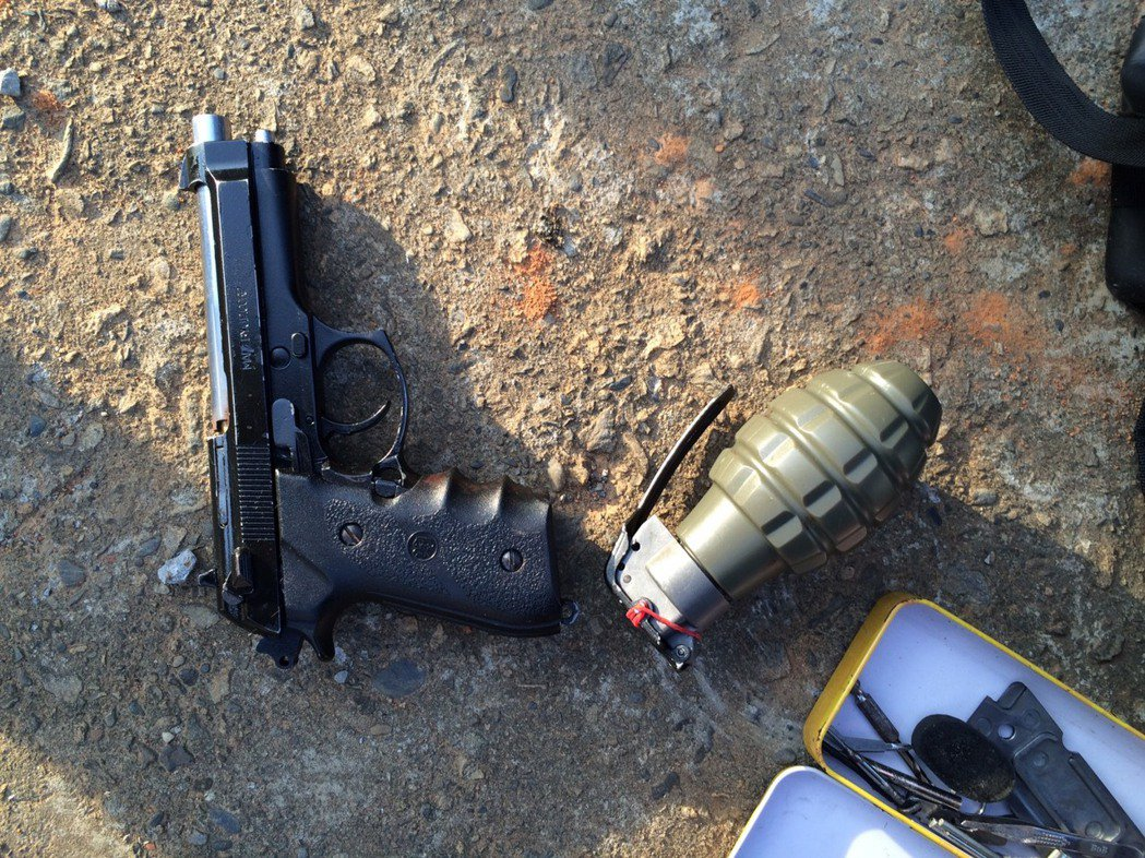 嫌犯帶警方去取凶槍,赫然發現還有手榴彈。記者林昭彰/翻攝