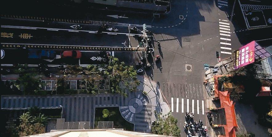 三重區自強路與仁義街口,設置機車左轉專用道改善後。 圖/新北市交通局提供