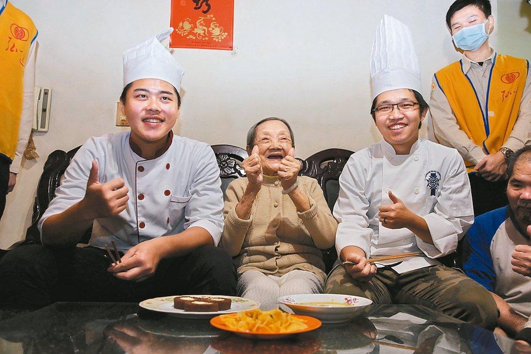 替代役男郭璟毅(左)和林晏瑩(右3),為96歲杜奶奶烹煮健康南瓜料理。 圖/新北...