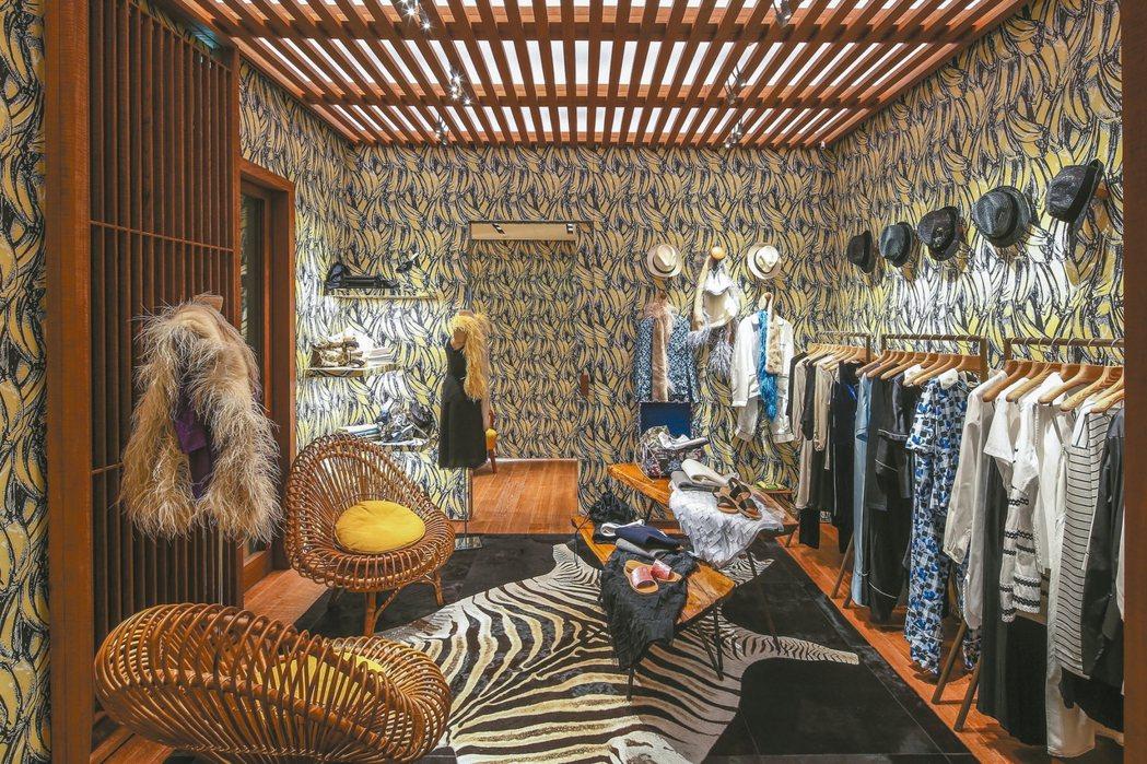 PRADA聖巴特島店充滿度假氣息,男士花襯衫和遮陽帽是特色商品。 圖/PRADA...