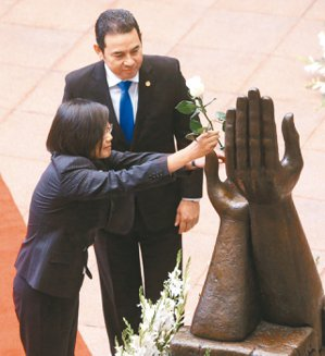 更換和平玫瑰蔡英文總統(左)抵瓜地馬拉,瓜國總統莫拉雷斯(右)在國立文化宮的...