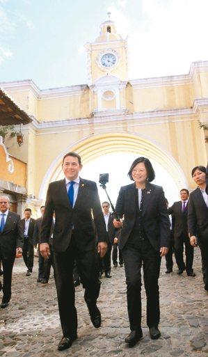 蔡英文總統(右)抵瓜地馬拉,前往安地瓜市五大道步行參觀,與瓜國總統莫拉雷斯(左)...
