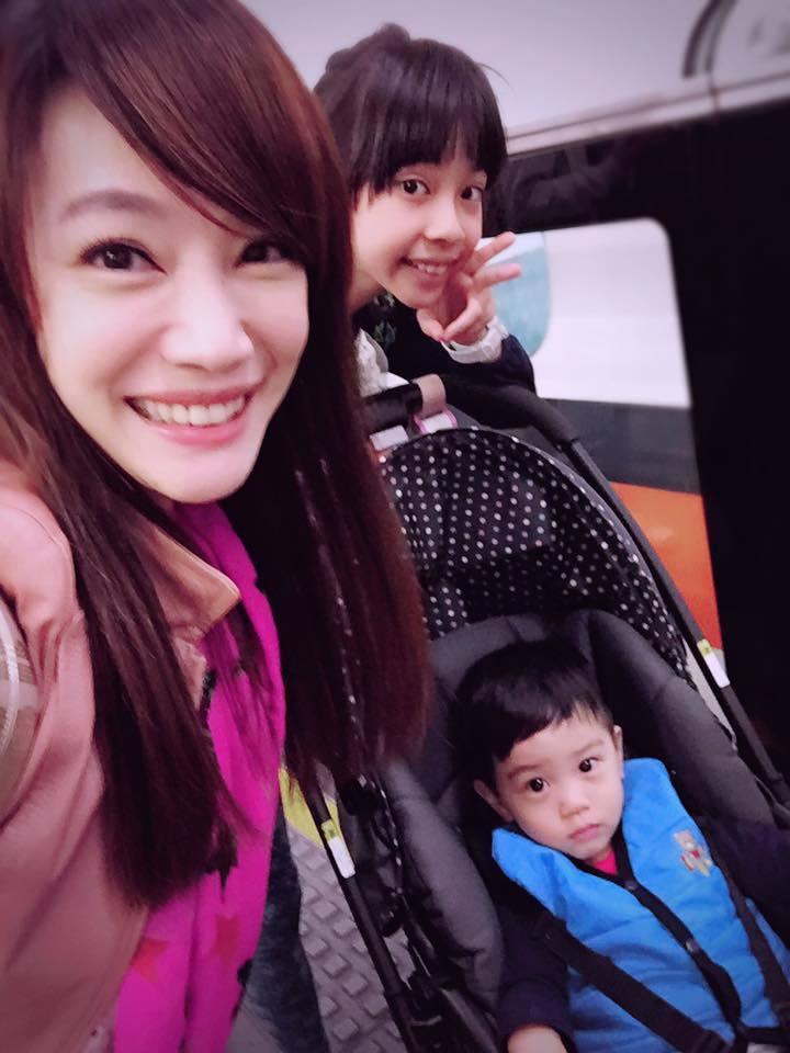 蕭彤雯與女兒、兒子合照。圖/擷自蕭彤雯臉書