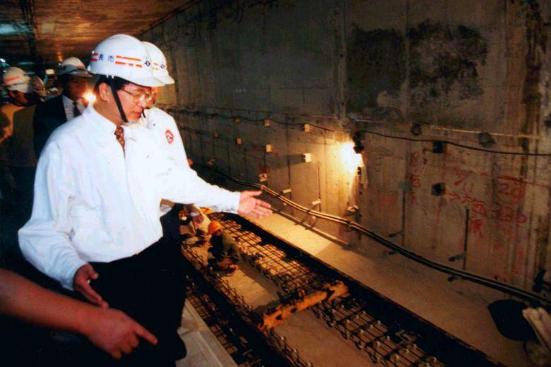郭武雄先生當年從事的新店線段工班多有人情關係,工人們在爭取勞動權益上多有顧慮。圖為時任台北市長陳水扁探勘古亭站施工狀況。 圖/聯合報系資料庫