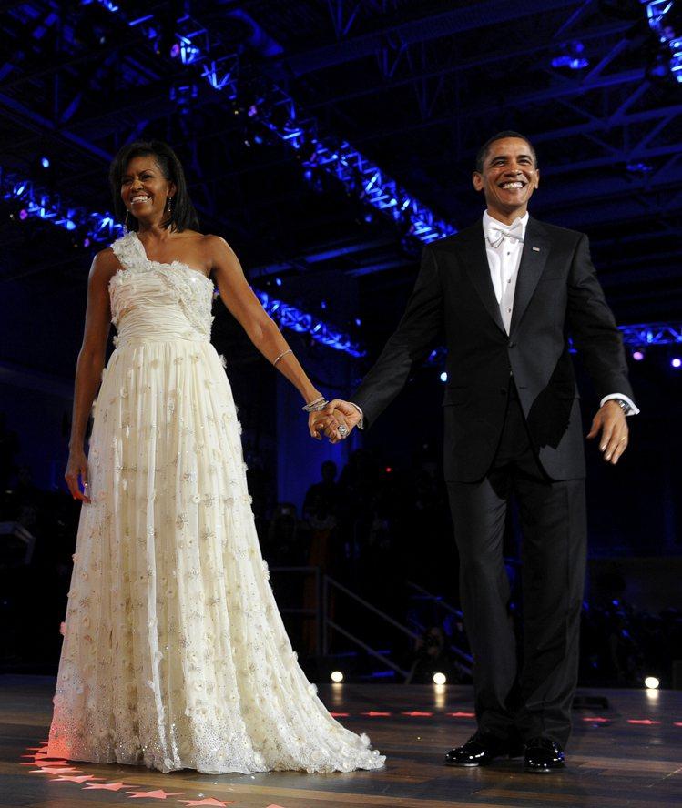 蜜雪兒歐巴馬8年前穿吳季剛設計的白色禮服出席就職大典。圖/路透