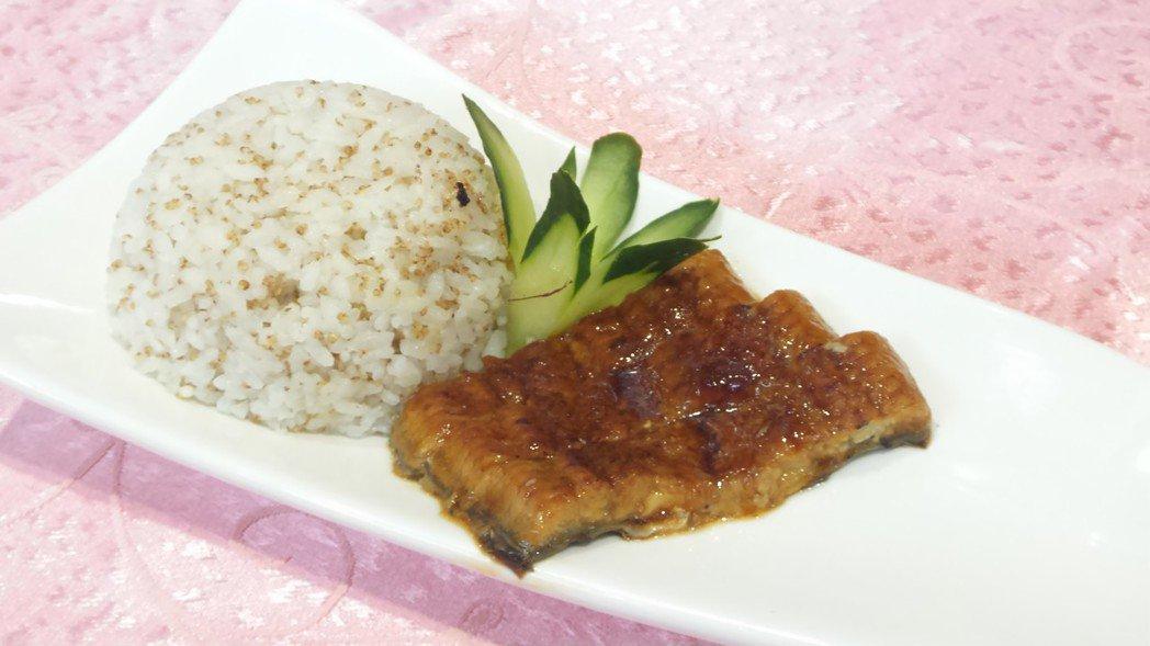 六道健康年菜之一: 紅藜黃金飯佐燒鰻。記者卜敏正/攝影