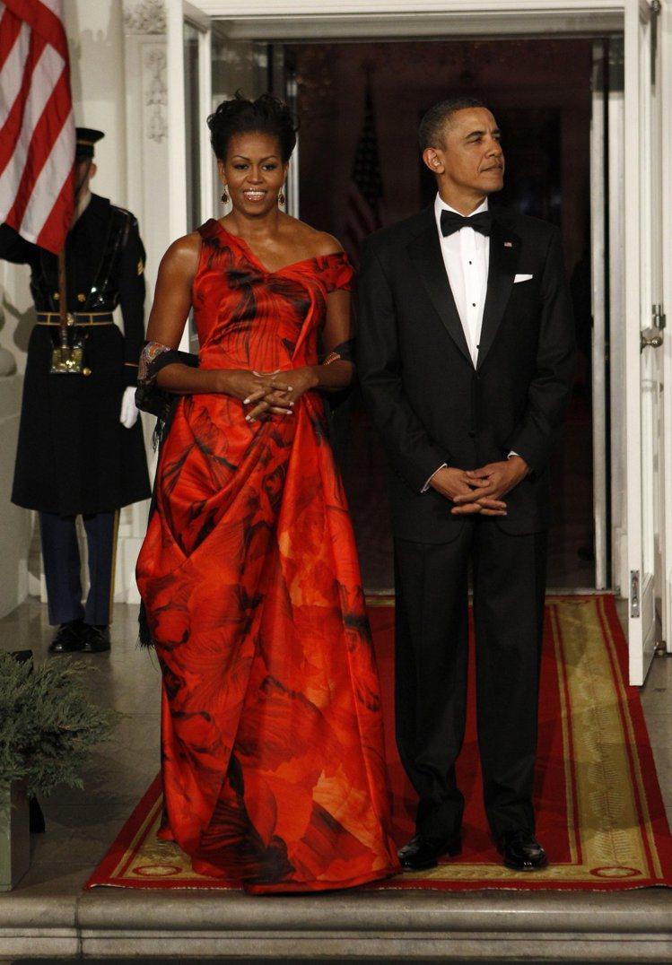 美國白宮設宴接待胡錦濤夫婦時,蜜雪兒穿上中國紅Alexander McQueen...