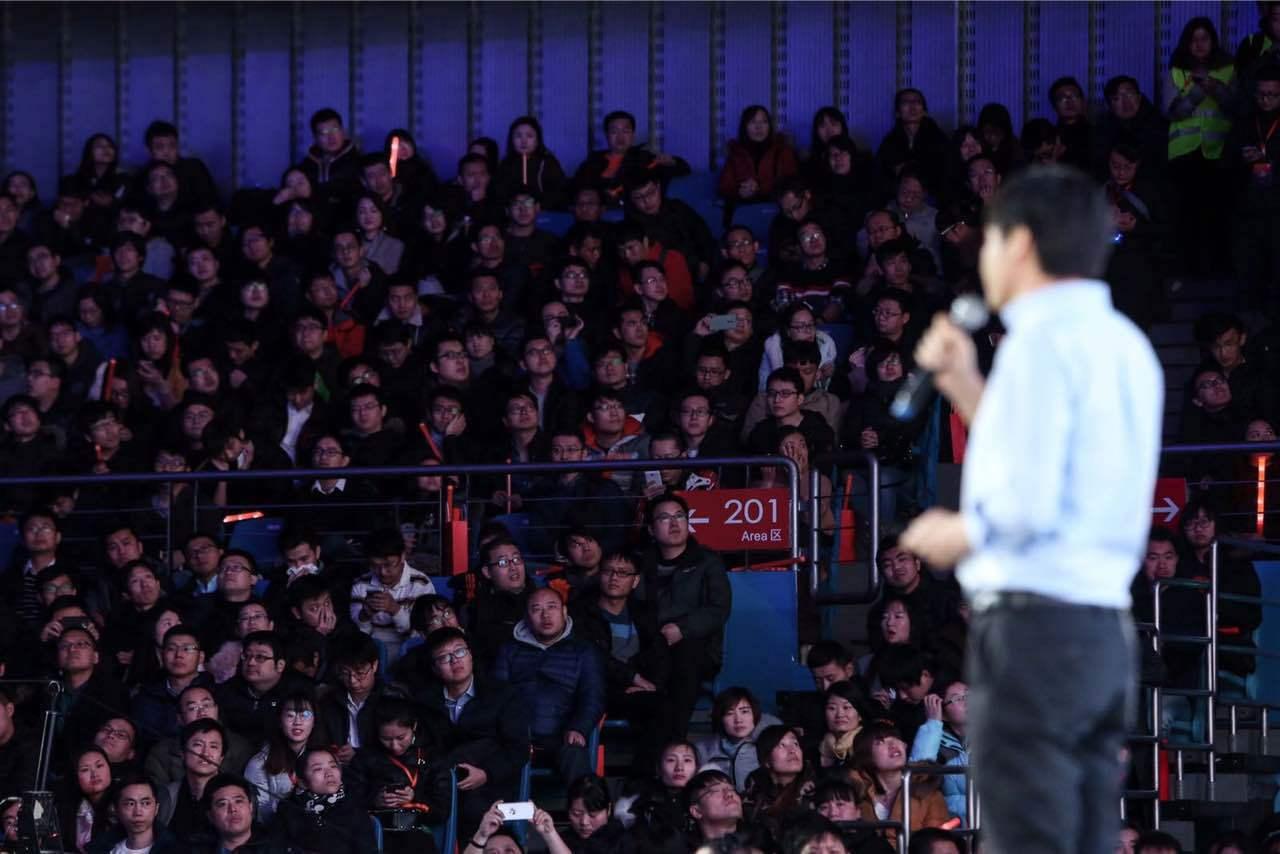 小米公司今於北京大學舉辦2017年年會,創辦人雷軍於2年會演講。圖/小米提供