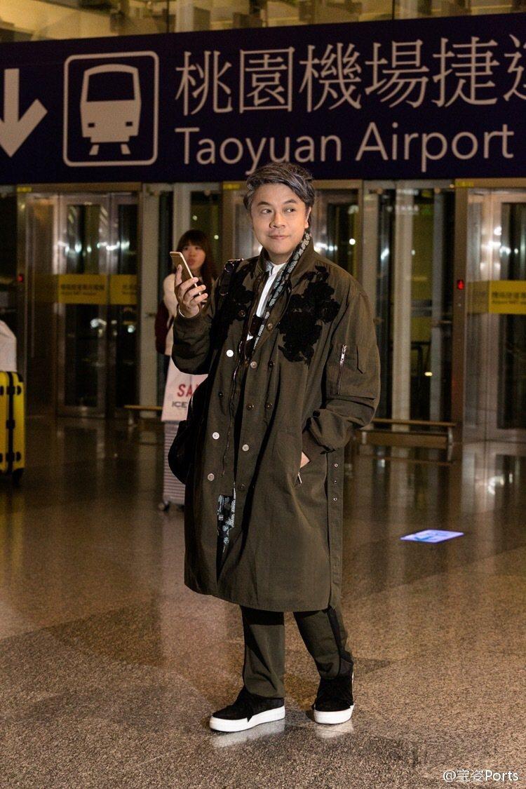 蔡康永難得成為時尚品牌看秀嘉賓,不免俗的也在機場來上一段「機場穿搭」示範。圖/摘...