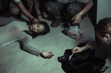「植劇場」驚悚推理戲劇「天黑請閉眼」每集都增加一位大體,讓觀眾看了頭皮發麻,演員演大體本來以為躺著演戲很輕鬆,沒想到因為導演要求要「死不瞑目」,不但要在悶熱且空氣品質不佳的地下室保持閉氣外,還得硬ㄍ...