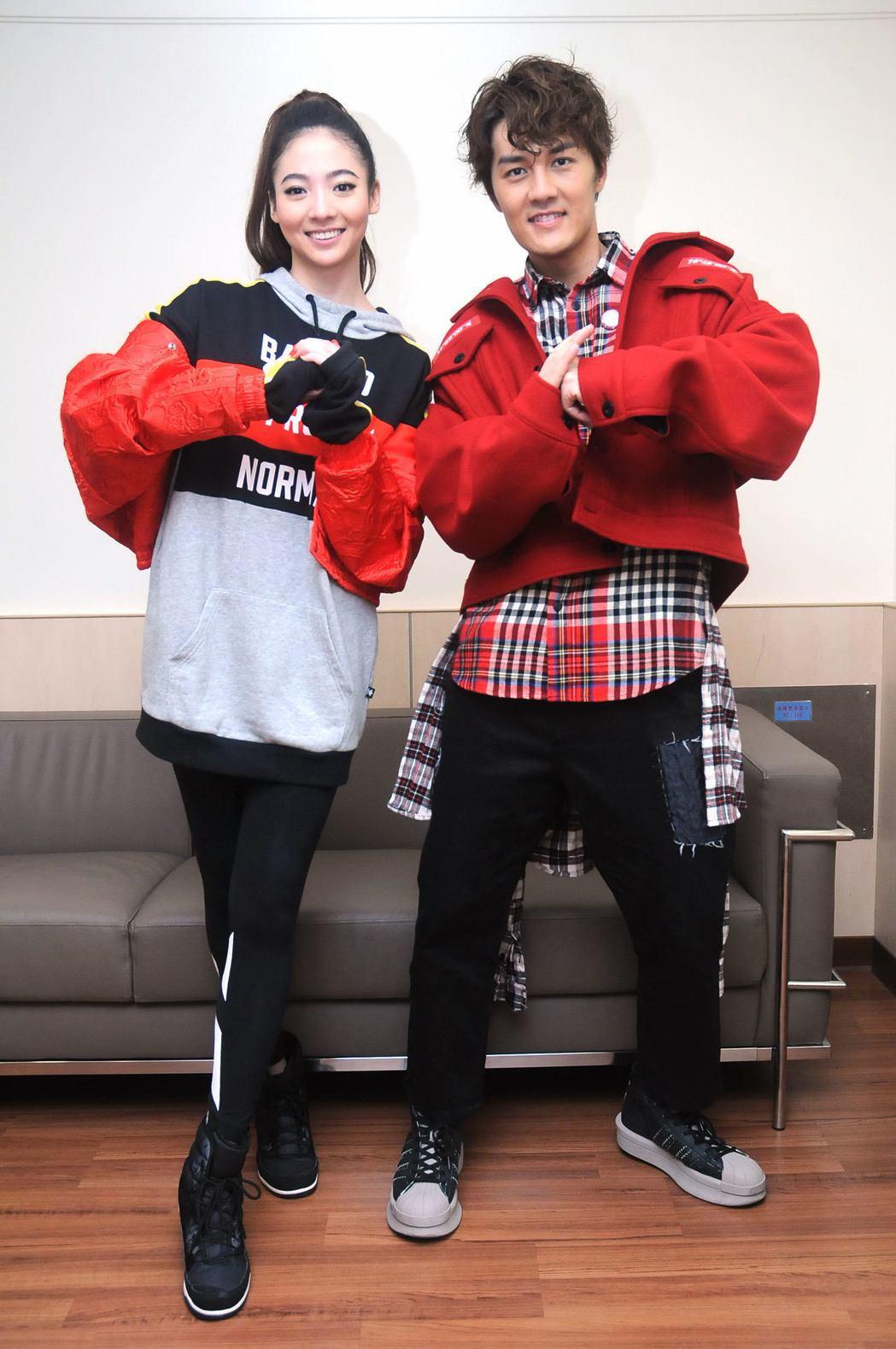 吳克群(右)和謝沛恩在台視「2017超級巨星紅白藝能大賞」首度合作。圖/台視提供