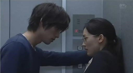?士苍汰(左)在「今天不上班」中,对女主角绫濑遥的「壁咚」动作,征服许多女性观众...