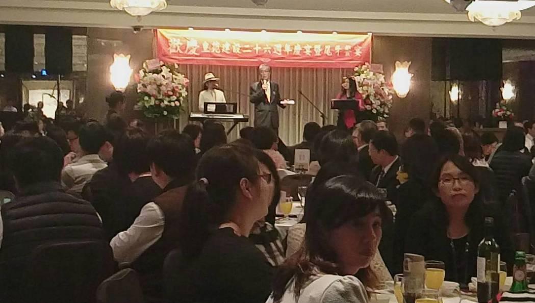 皇苑建設今天晚上在國賓飯店辦尾牙,董事長郭敏能喊出全台房屋底部訊號已出現。記者謝...