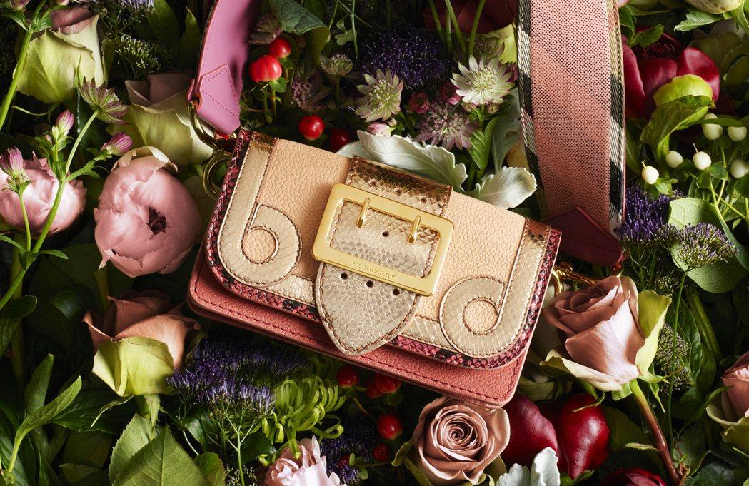 Patchwork包款也推出貴氣的金色、紅色、玫瑰色系列。圖/BURBERRY提...