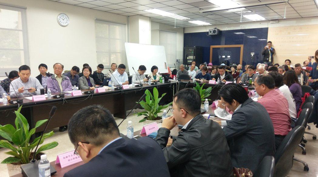 高市議員陳麗娜昨針對大林蒲普查,召集民團代表、居民及市府官員舉行公聽會,不少居民...