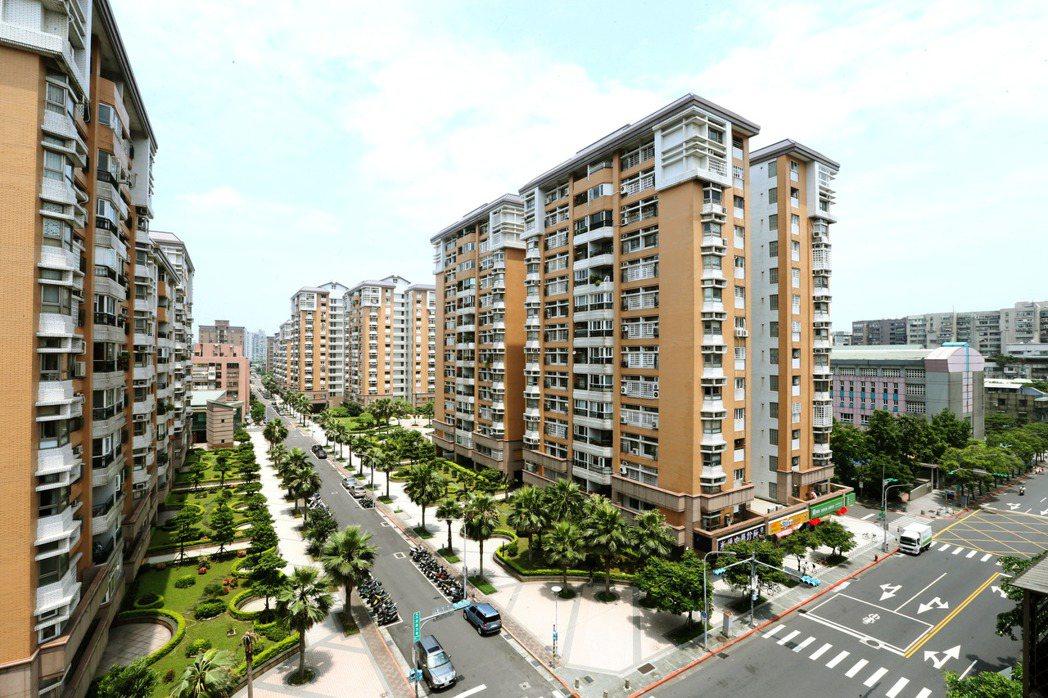 台北市健康路與三民路口社會住宅用地(右)附近房屋。聯合報系記者屠惠剛/攝影