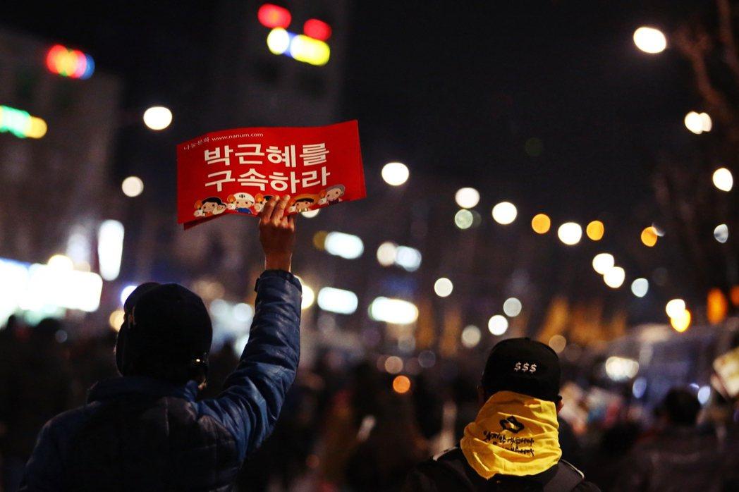 政府還騙了我們什麼?圖為1月7日首爾街頭的示威者。 圖/歐新社