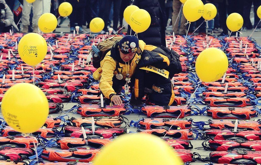 世越號船難發生後,朴槿惠總統在青瓦台內的機要幕僚就開始布局黑名單,並接受最高情治...