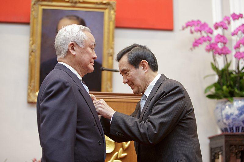去年1月27日,馬英九總統為石貝波佩掛保衛台灣紀念章。圖/軍聞社
