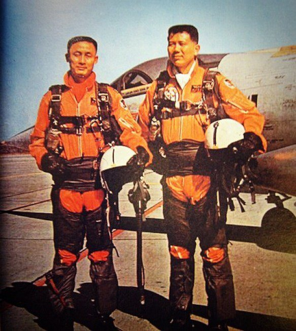 空戰勝利後,胡世霖(右)、石貝波(左)在座機前合影。圖/空軍提供