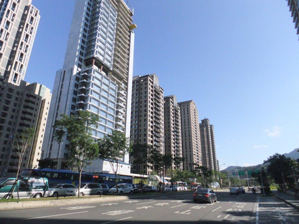 行政院近日通過老屋重建獎勵條例草案,料將助長豪宅推案風潮。記者游智文/攝影