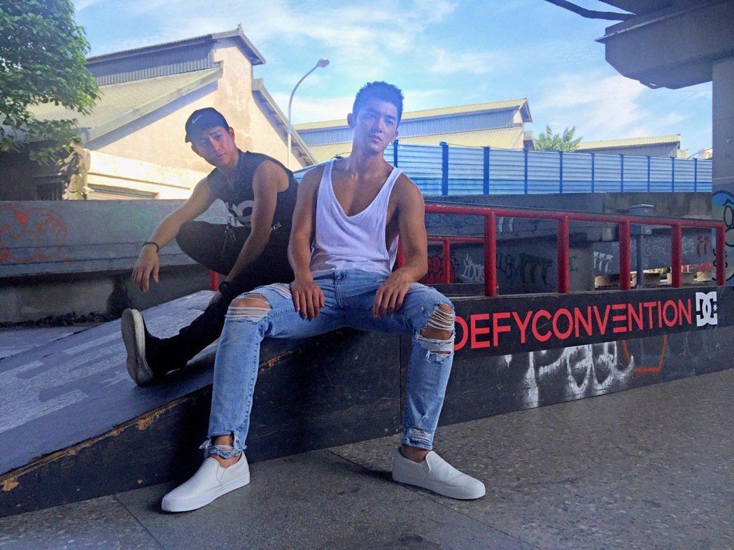 李鎮宇(左)與Adam示範健身。圖/「愛最大」提供