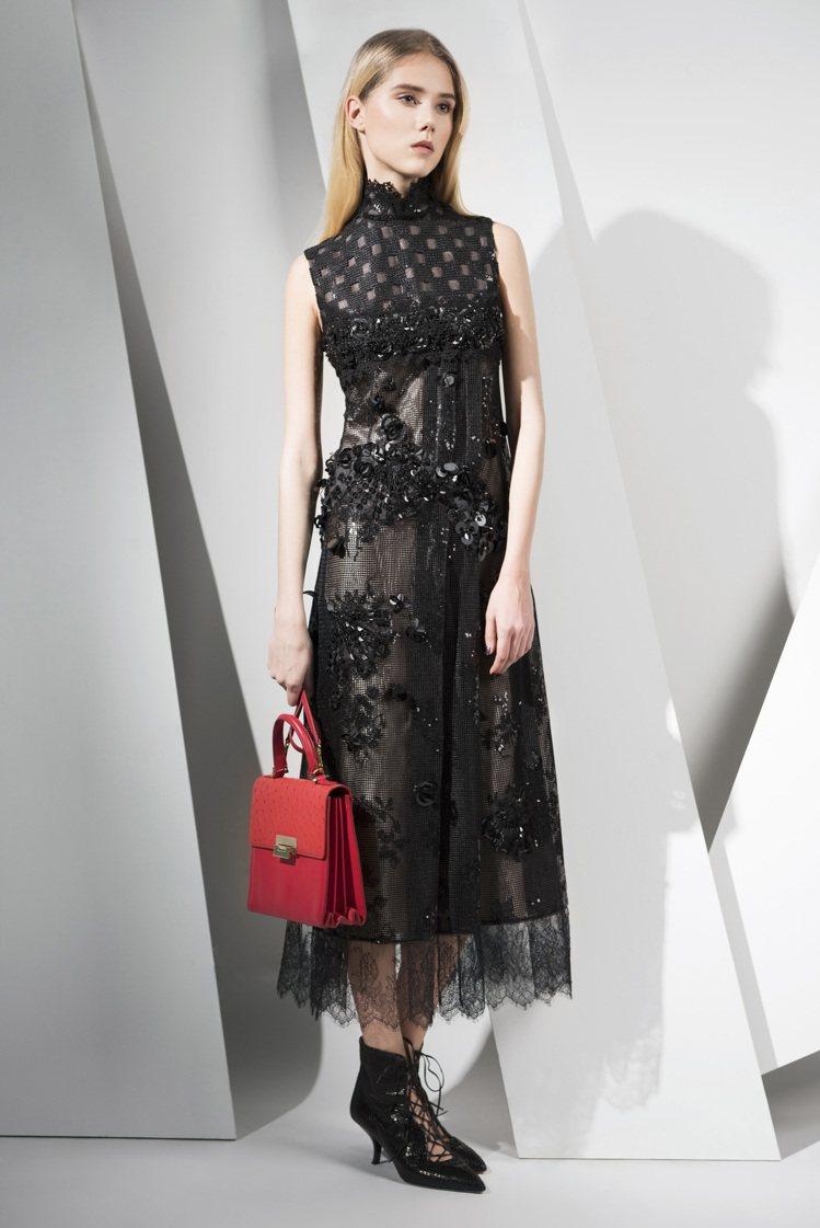 傾城萬縷黑色洋裝82,000元,First Lady提包56,800元。圖/夏姿...