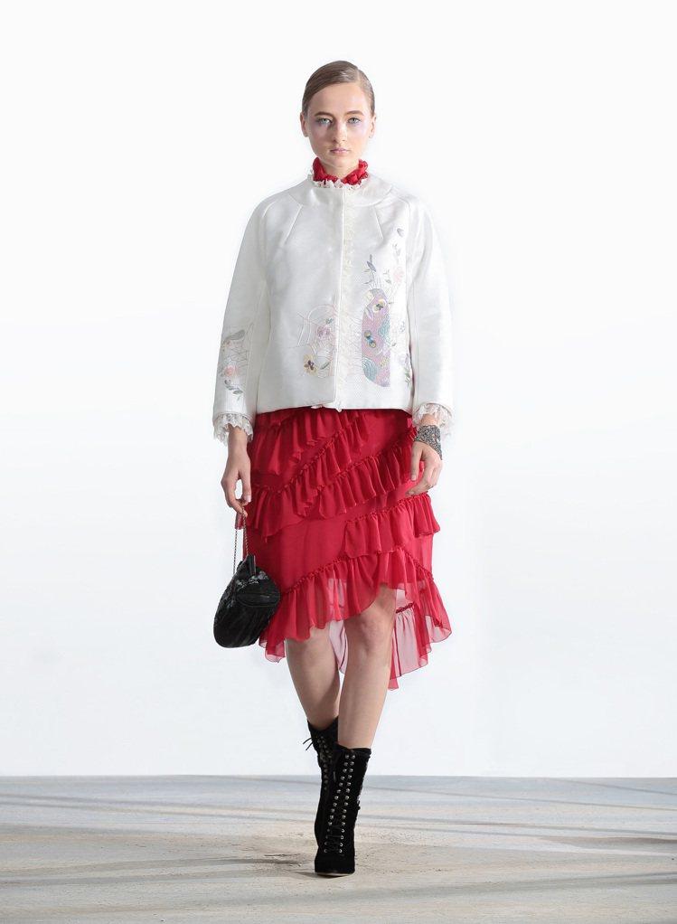 炫麗彩遊紅色長洋裝31,800元、西遊奇遇淨白色刺繡外套50,800元、西遊奇遇...