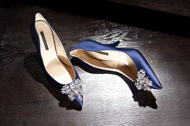 尖頭水晶綴飾高跟鞋,售價33,800元。圖/夏姿提供