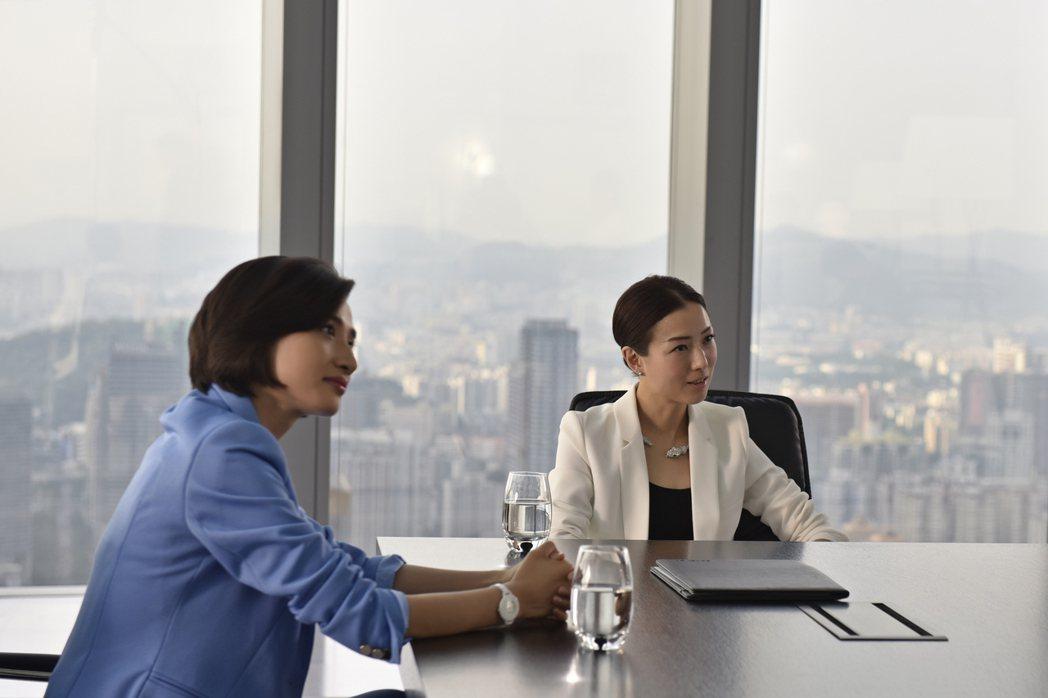 鄭秀文(右)與馮文娟在「合約男女」中被誤認為同性情侶。圖/双喜電影提供
