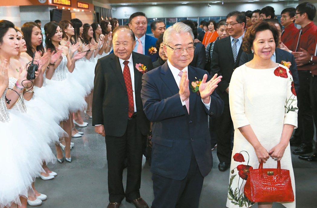 仁寶昨天舉辦尾牙,董事長許勝雄(中)與夫人帶著董事進場,他並表示,今年經濟狀況「...