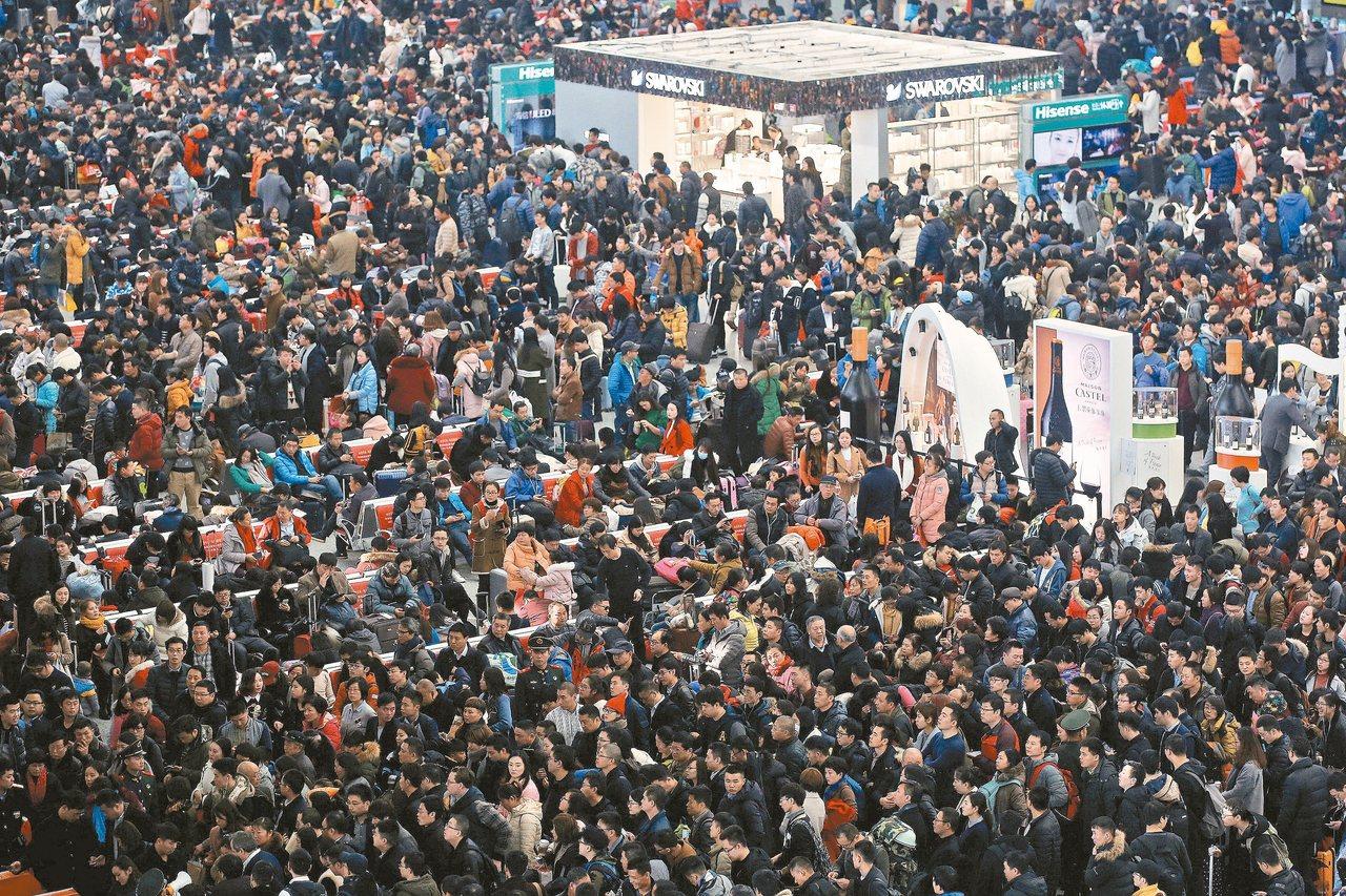 2017春運第一天,上海虹橋火車站擠滿返鄉人潮。 (路透)