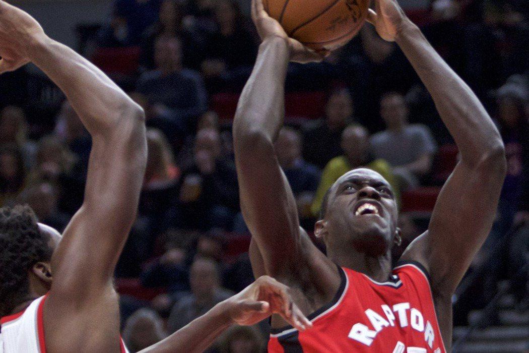 暴龍22歲菜鳥席亞康(右)出生於非洲喀麥隆,本季首度踏上NBA舞台,實現父親願望...