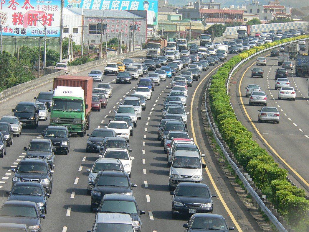 高公局預估今年春節車流量是平常的1.7至2倍,呼籲用路人注意行車安全。 本報資料...