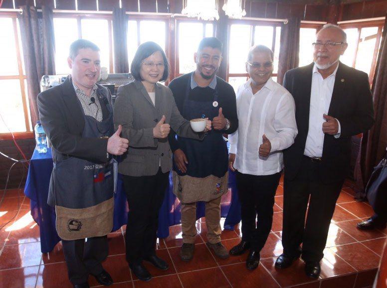 蔡英文總統(後左2)出訪中美洲友邦薩爾瓦多訪問,13日(當地時間)前往阿德賴達咖...