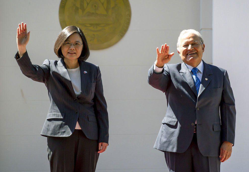 今年1月蔡英文總統(左)訪問薩爾瓦多,與薩國總統桑契斯(右) 會晤畫面。 美聯社...