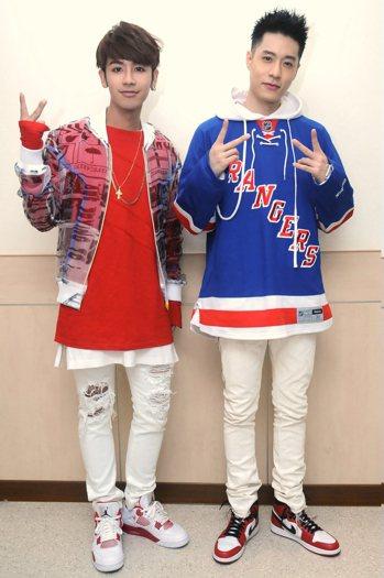 歌手鼓鼓(左)和周湯豪(右)日前組隊參加「2017超級巨星紅白藝能大賞」錄影,帶