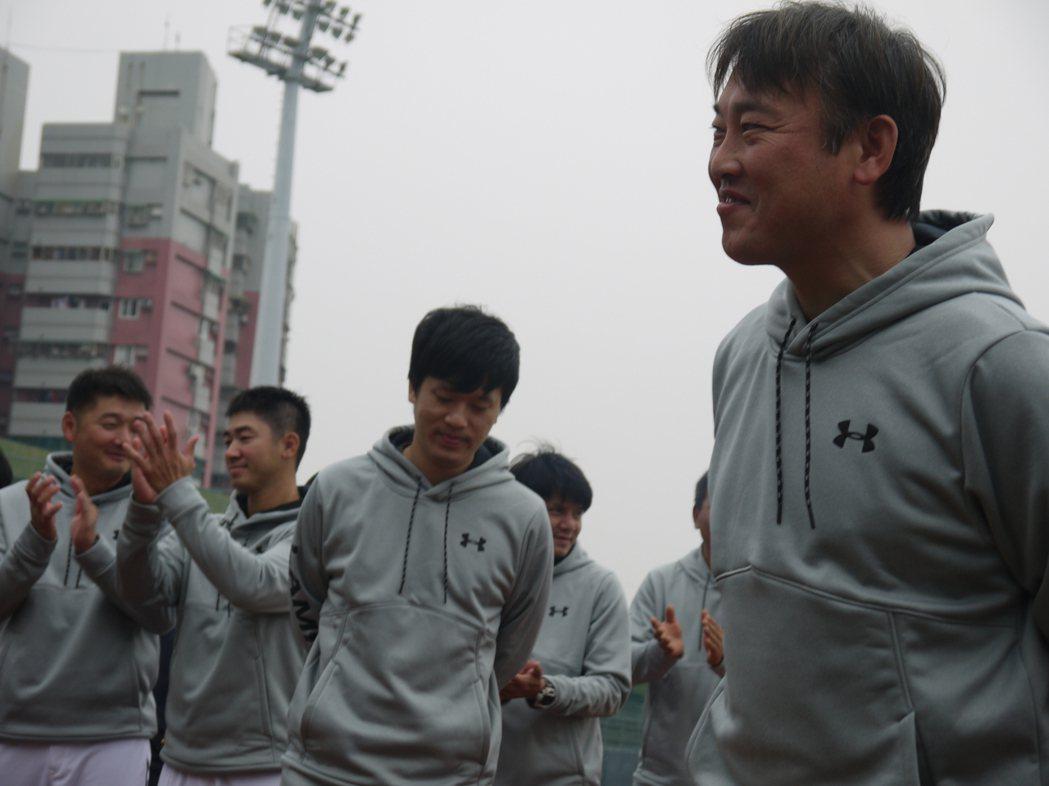 二軍投手教練杉山賢人(右)向球隊自我介紹。 聯合報記者吳敏欣/攝影